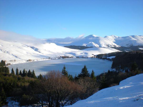 Le lac de Guéry entre neige et glace