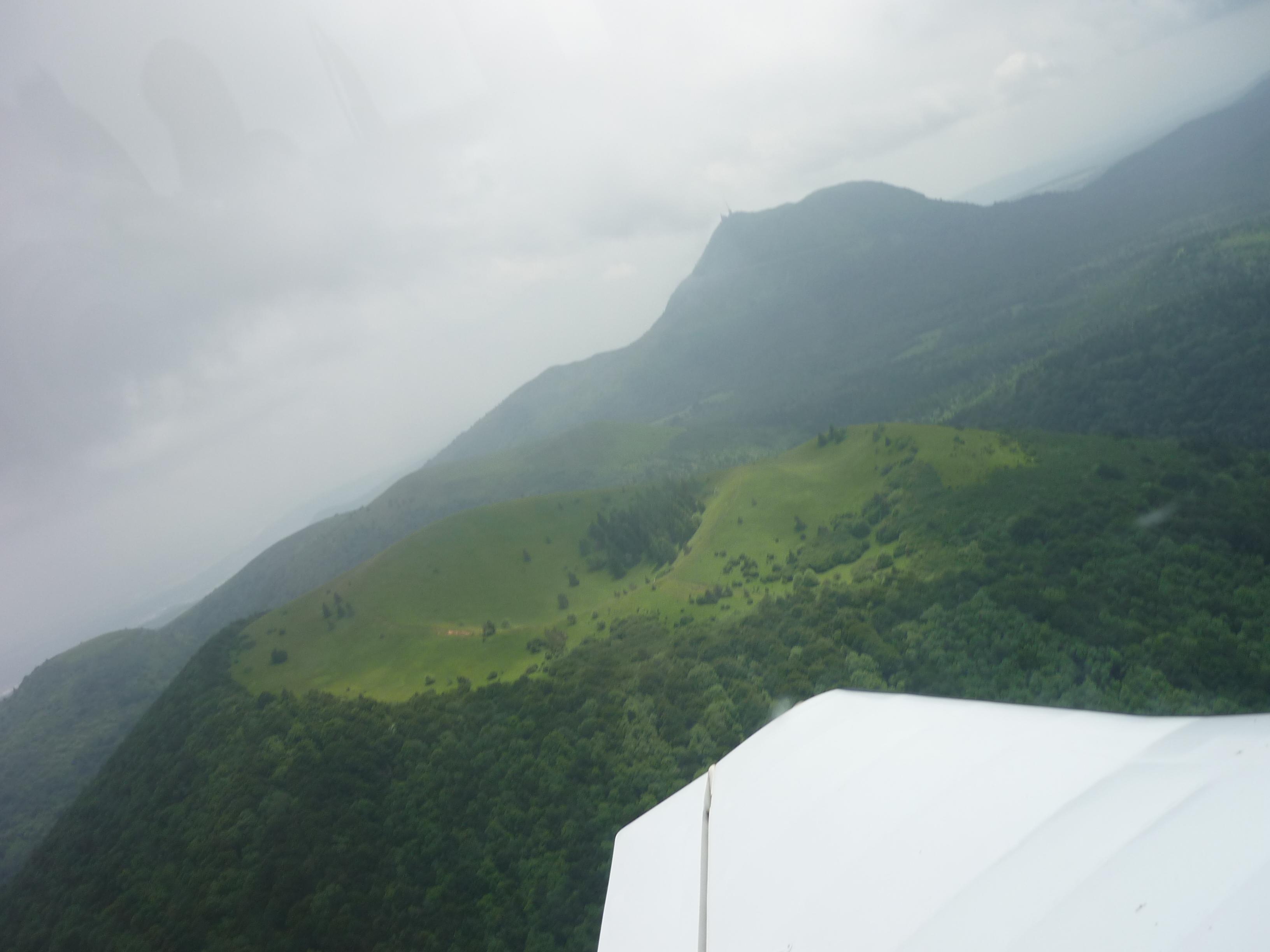 Les volcans d'Auvergne vus d'avion dans un ciel orageux