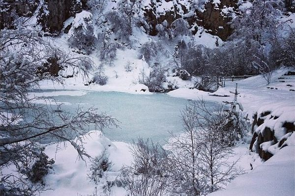 lac bleu Campclause hiver neige glace