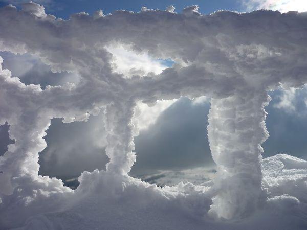 sommet du Puy de Dôme barrière neige glace givre  hiver
