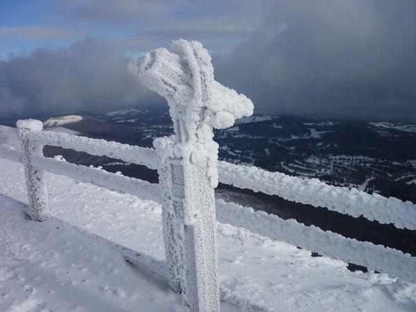 sommet du Puy de Dôme neige  longue vue glace givre  hiver