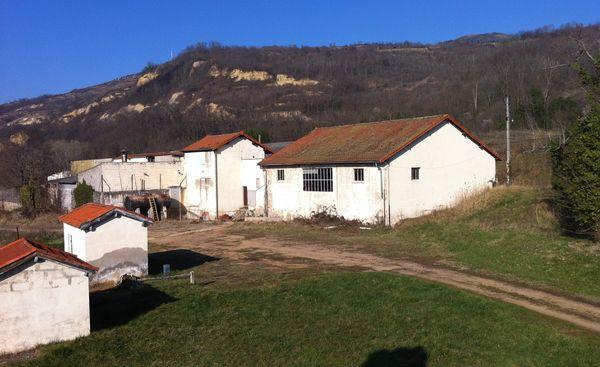 Vue de l'ancienne usine depuis la source de Valois