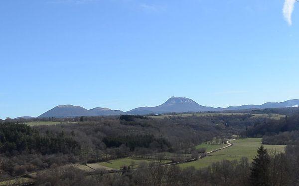 Vue sur le Puy de Dôme depuis la butte de Saint Pierre le Chastel