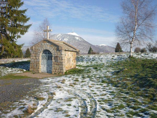 Au fil de l 39 eau vergnat la chapelle saint aubin et la source de chabana - La petite cheminee saint aubin ...