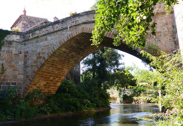 Vieux pont moyen âge couze chambon coudes