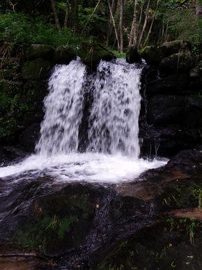 cascade chute d'eau artificielle sur la sumène