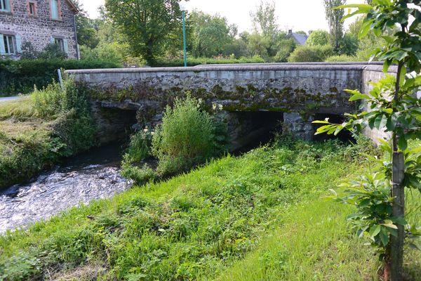 vieux pont en pierre Sioule Saint Bonnet près Orcival (4)