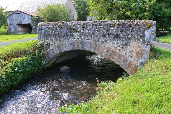 vieux pont en pierre Sioule Saintbonnet près Orcival