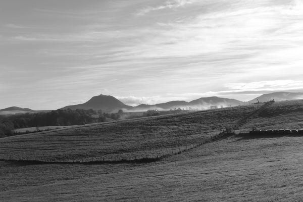 Puy de dôme brume coté ouest automne N&B