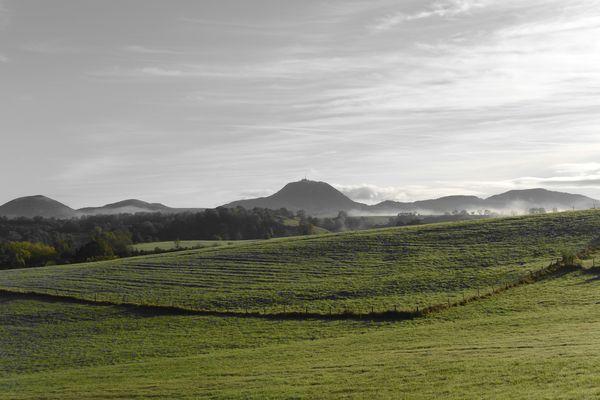Puy de dôme brume coté ouest automne couleur sélective