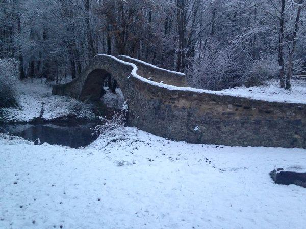 Le pont du Cheix sur Morge en hiver