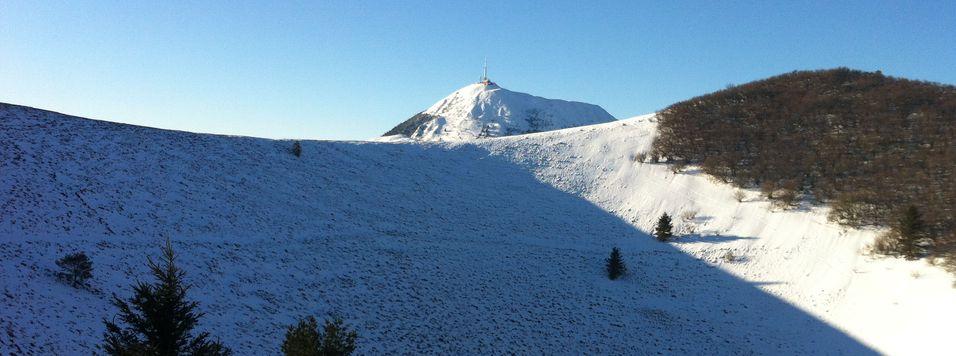 Le Pariou enneigé avec vue sur le Puy de Dôme