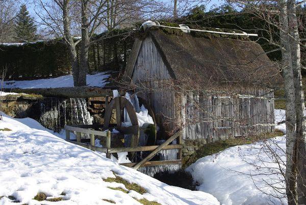 Le moulin de Murat Le Quaire pris dans la neige et la glace