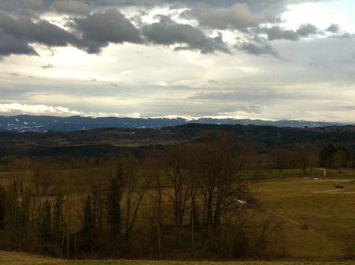 Les montagnes du Livradois enneigées apercues de Saint Jean des Ollières
