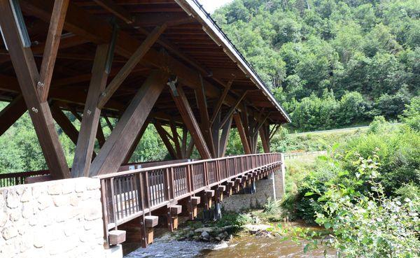 La Dore et son pont en bois à Saint Gervais-sous-Meymont